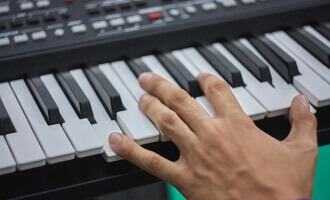 best cheap keyboard pianos (thumbnail)